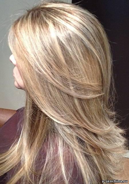 Corte de pelo escalonado largo de espaldas