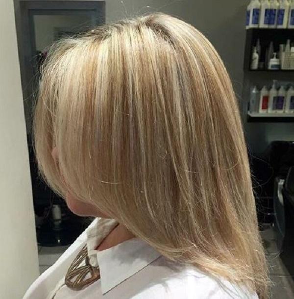 Peinado rubio medio con reflejos sutiles