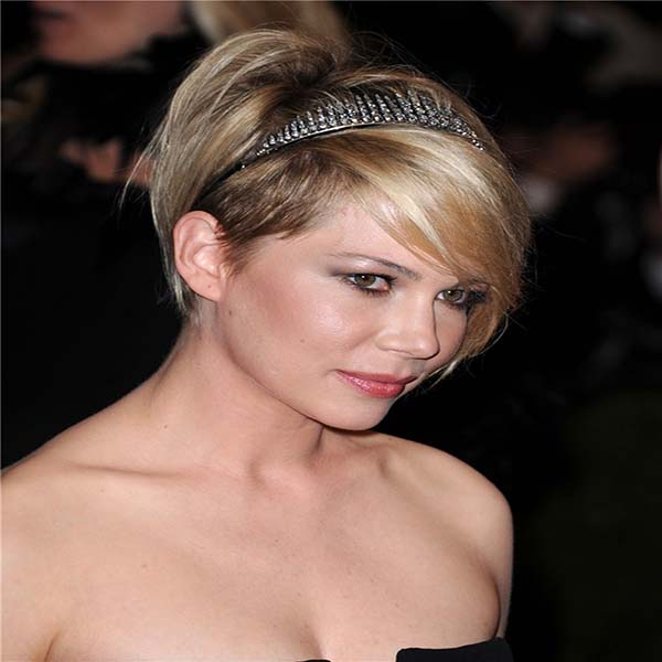 Michelle Williams con pelo corto y diadema