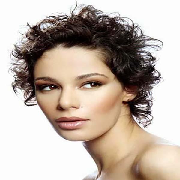 Corte de pelo crespo corto para mujer