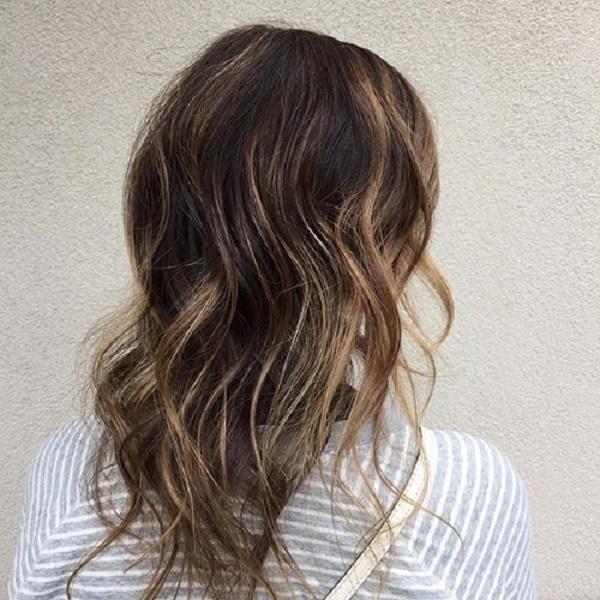 peinado ondulado medio con reflejos para cabello fino